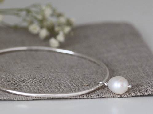 EVERYDAY BANGLE WITH FRESHWATER PEARL DROP