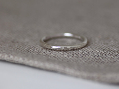CLASSIC HAMMERED RING BAND