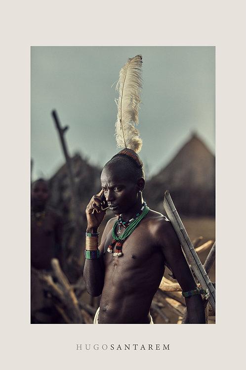 Poster. Homem da tribo Hamar ao telefone. Etiópia. Parte da série Interior.