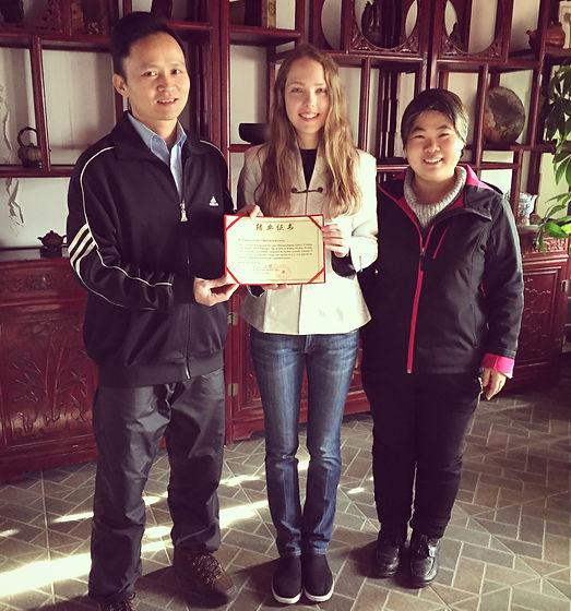 Pamela Villarreal con los maestros Qiu Fu Chun y Zhang Qing