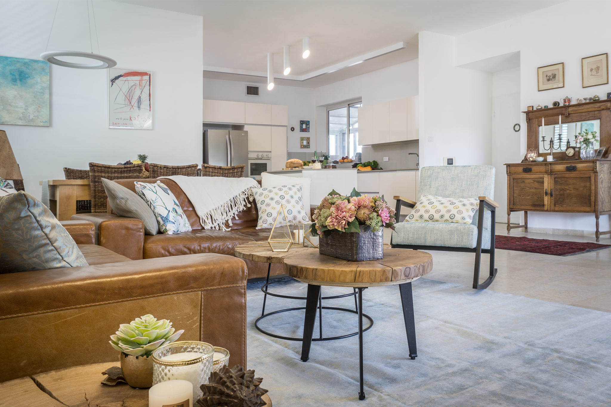 מבט מהסלון אל המטבח
