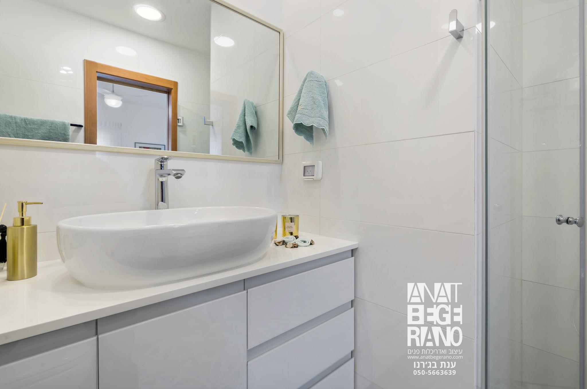 כיור מראה חדר אמבטיה