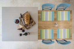 אי במטבח יחד עם שולחן אוכל