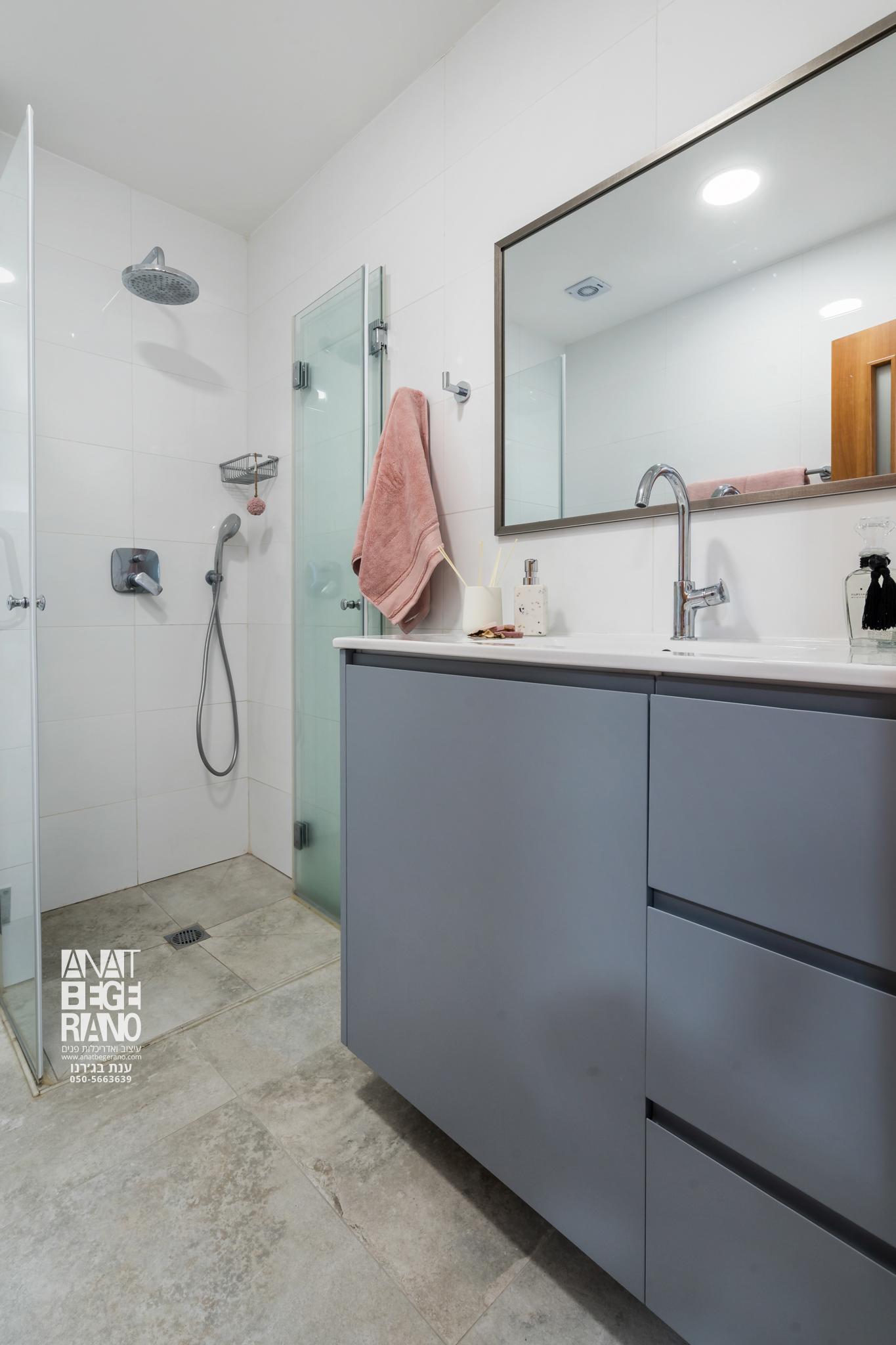 כיור ומקלחת בחדר רחצה