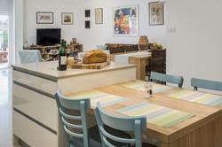 שולחן אוכל במטבח