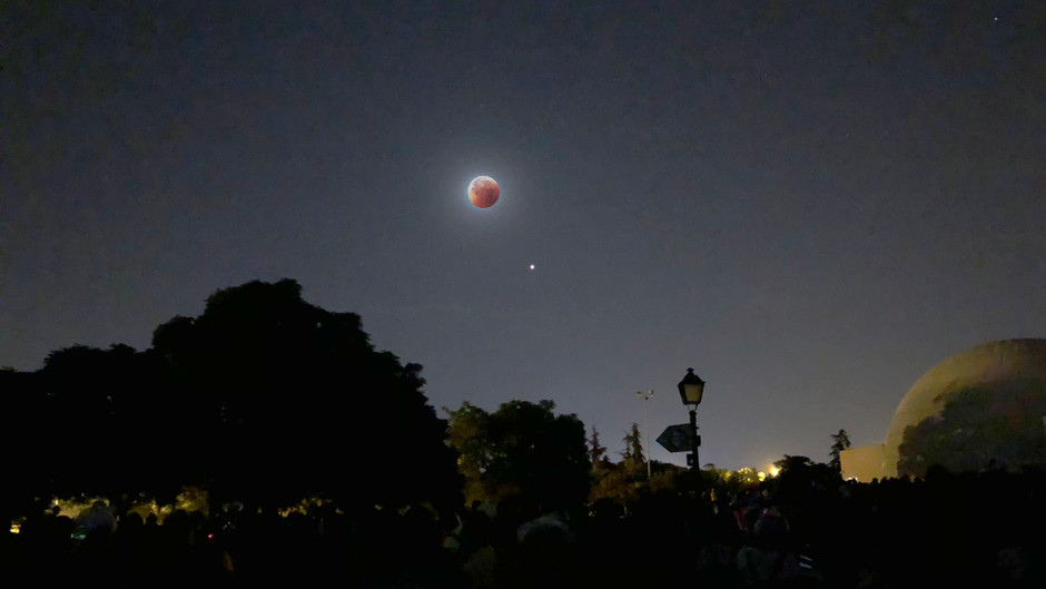 Eclipse total de luna en el Planetario