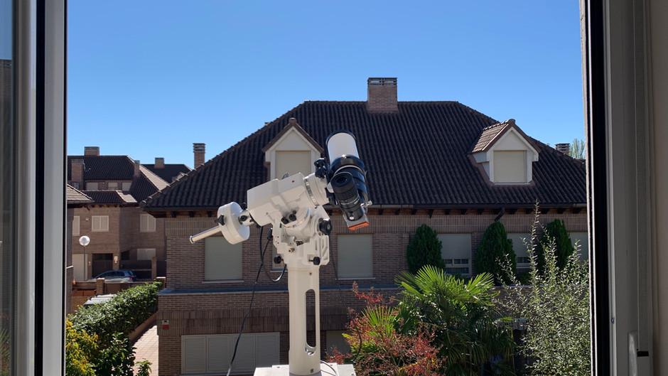Un observatorio astronómico en el poyete de una ventana