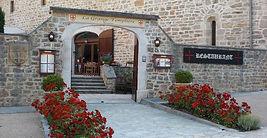 restaurant batisse médiévale salle voûtée cour intérieure pavée fleurie authentique templiers mariage salle mariage bapteme