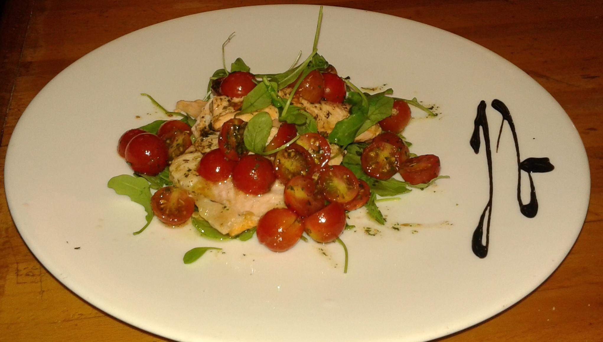 Salmone alla piastra con dadolata di pomodorini e rucola