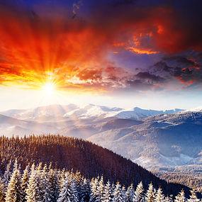 Puesta de sol de montaña cubierto de nie