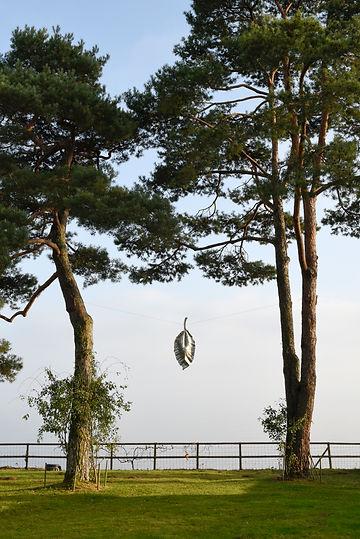 Isabelle de La Touche - femme sculpteur suisse - Feuille en aluminium - photo Myriam Ramel