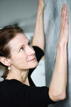 Isabelle de La Touche - peintre vaudoise - portrait de l'artiste en train de peindre