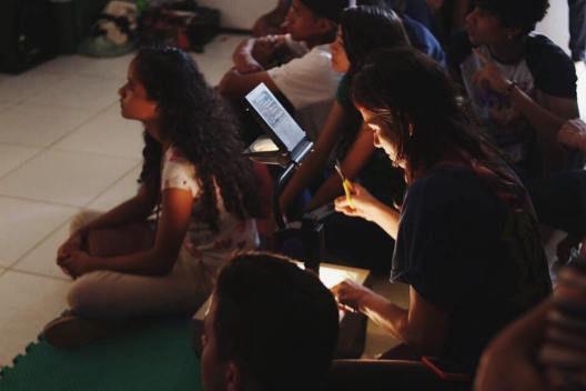 Thaís de Campos e alunos durante a vivên