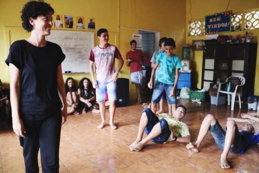 Nataly Rocha e alunos durante a vivência