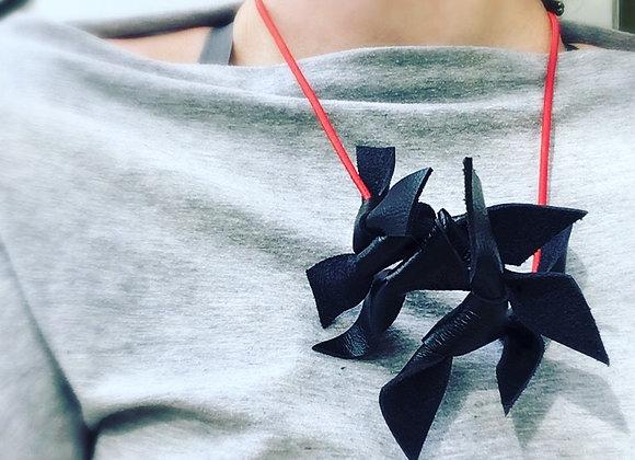 Náhrdelník Bow black/red