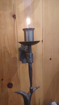 Single spindle wall light