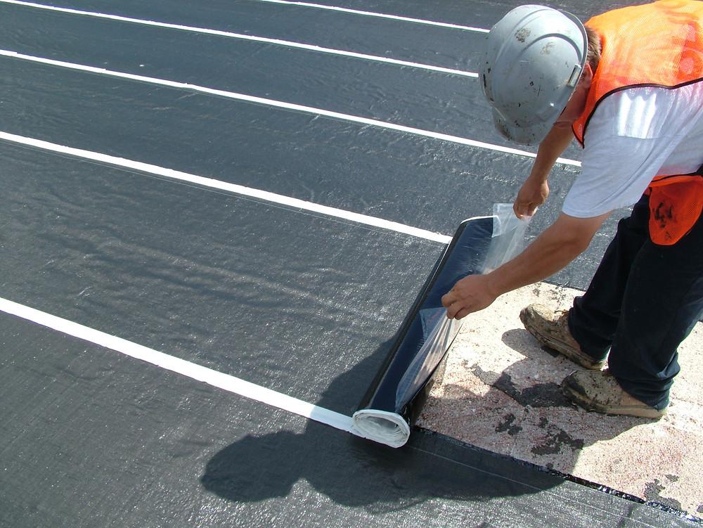 Ahora en Chile. Membrana de W.R Meadows que recibe asfalto caliente.