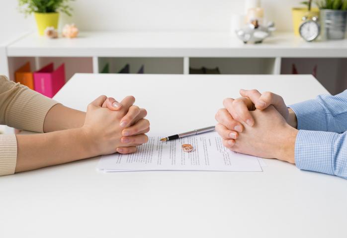 Comment gérer les contrats administratifs liés au divorce ?