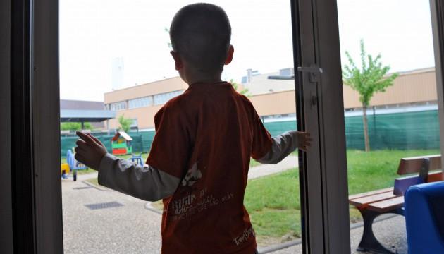 Un enfant autiste regardant la cour d'école
