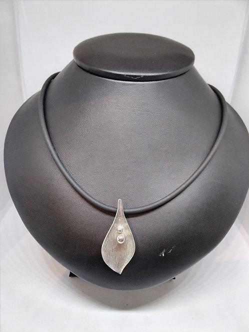 Rubber ketting met zilveren hanger