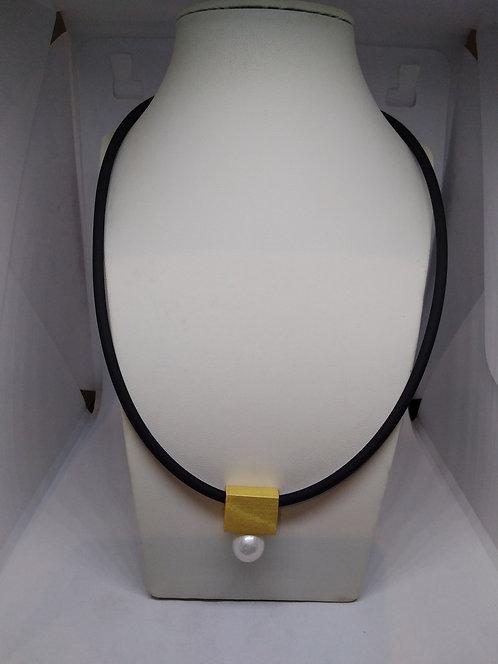Uta Ottmar verguld&parel hanger rubber collier