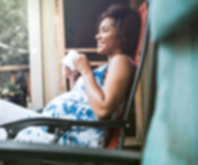 Mulher grávida Apreciando seu bebida
