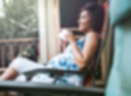 Schwangere Frau genießen ihr Getränk
