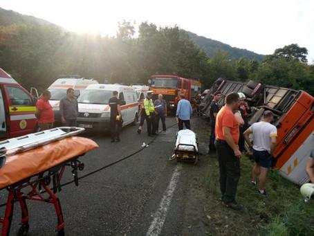 Autocar cu 36 de persoane rasturnat intre Rasnov si Paraul Rece