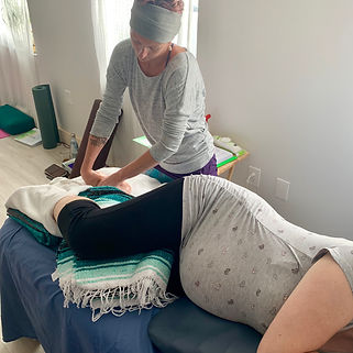 doula learning reflexology on a pregnant client