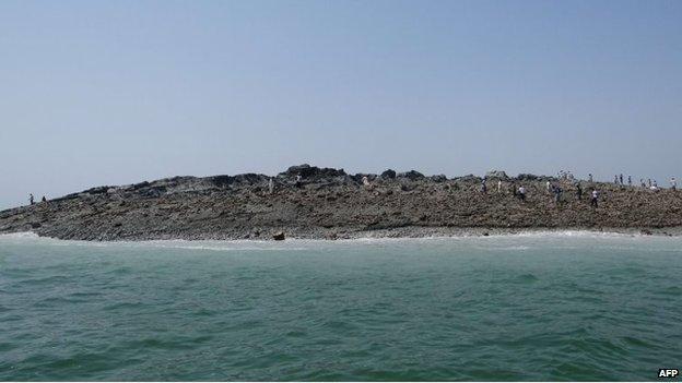 New Pakistan Quake Island Emits Gas