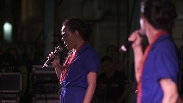 Filipe Catto e Valeria cantando na Praça da Alfândega com uma bateria de escola de samba. As performances nos espaços públicos são muito importantes para democratizar a arte, tenho ótimas lembranças deste show.