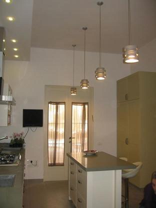 מנורות תלויות במטבח בדגם פסים עבים