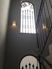 מנורות קיר עלי תחרה בחלל מדרגות