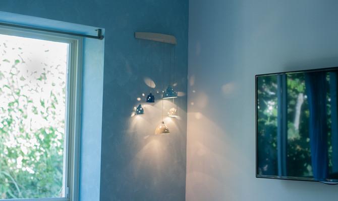 מנורת קיר בחדר שינה
