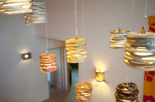 מנורה תלויה מקרמיקה בדגם פסים
