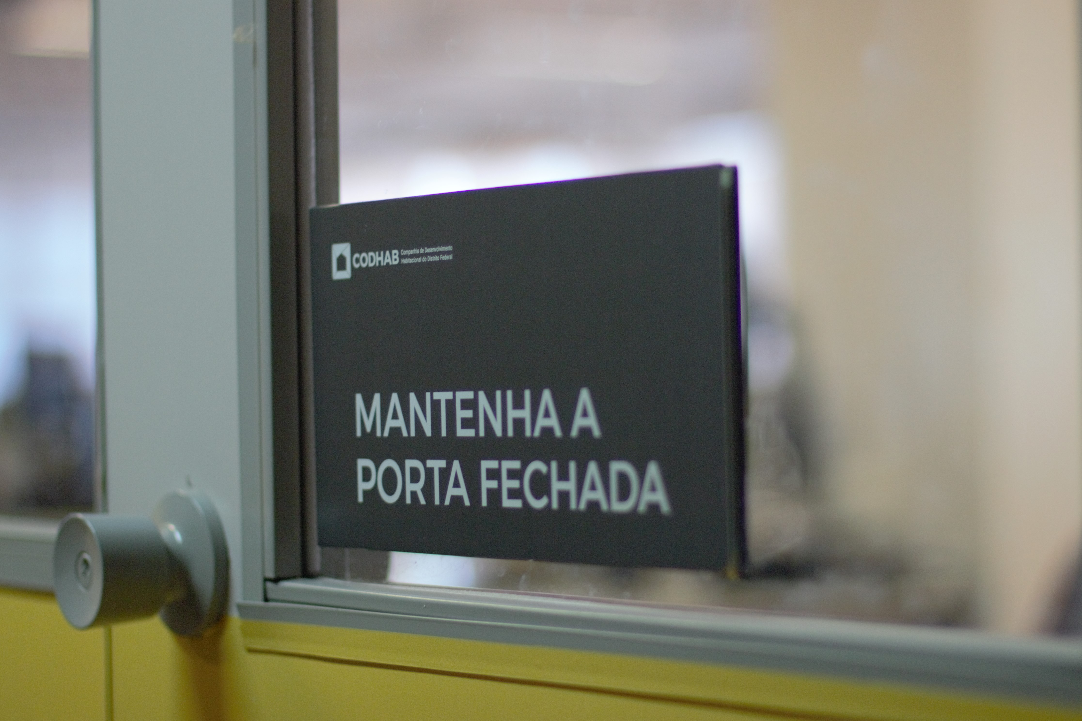 GAB PLACAS Cliente Codhab - Placa mantenha a porta fechada