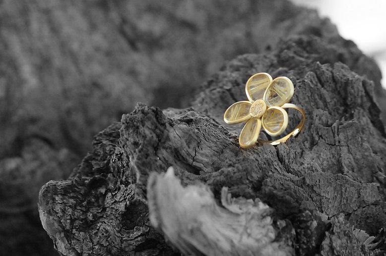 RAN GOV, jewellery produces gold jewellery set with diamonds, precious, semi-precious stones and pearls.