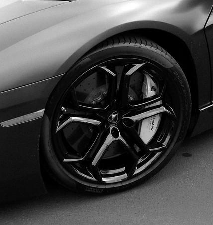 729px-Lamborghini_Aventador_wheels_Dione