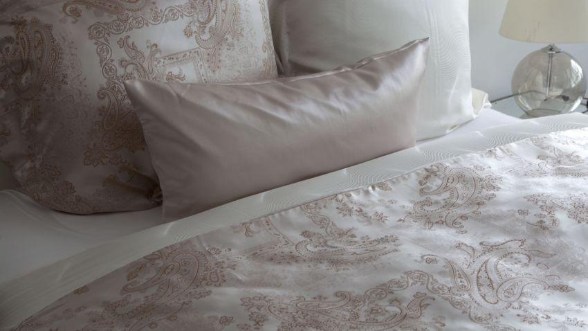 Parure de lit en soie rose en blanche