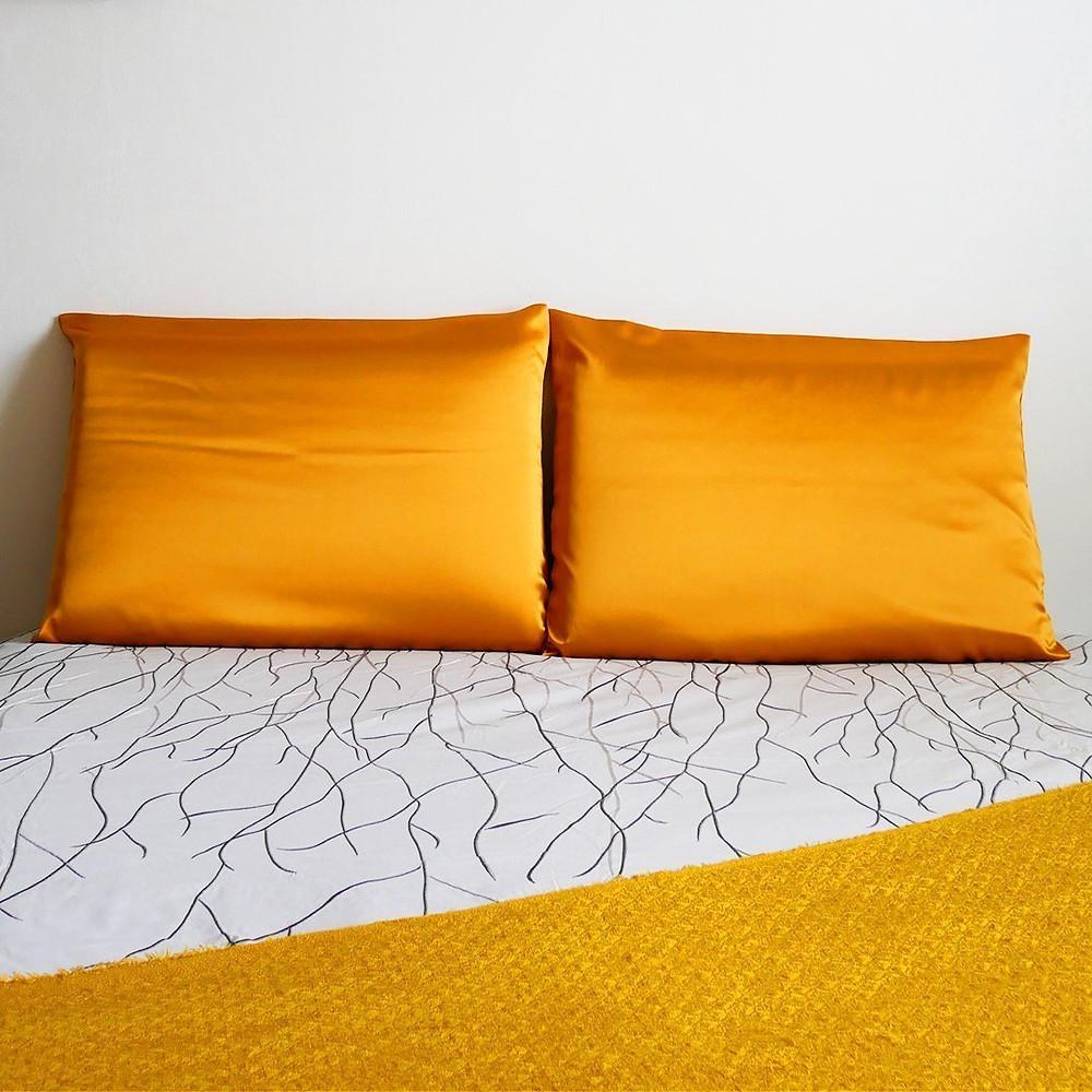 Taie d'oreiller en soie orange safran doré
