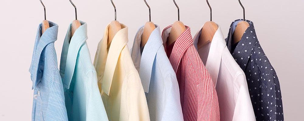 Vêtements rangés par couleurs