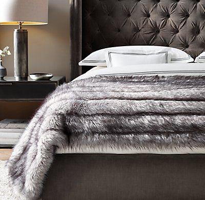 Parure de lit blanche et plaid en fausse fourure