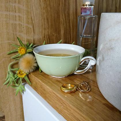 Tasse vintage en porcelaine vert amande et dorée