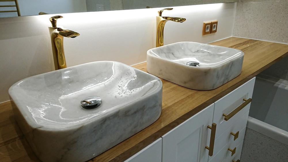 Meuble vasques salle de bain couleurs bois blanc et marbre