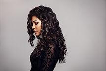 Modèle Femme avec les cheveux bouclés