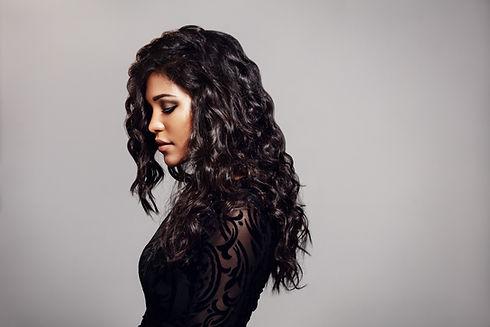 Weiblich Modell mit dem lockigen Haare