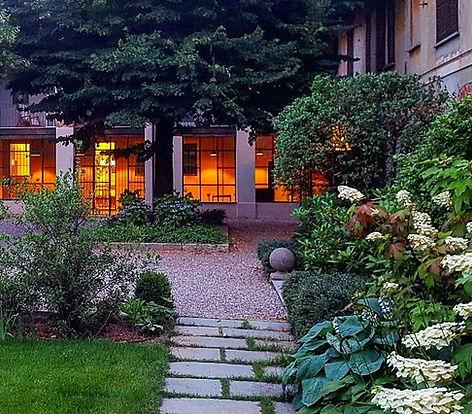 Le orttensie in fiore del giardino del bed and breakfast e lo spazio intimo e caldo del giardino d'inverno del bistro