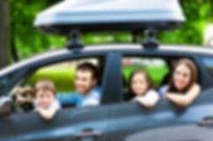 Una famiglia felice che arriva in macchina