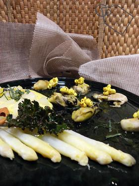 Tiédeur Iodée: Huîtres, Asperges, Macis,  Salade de Cambre Maritime à la Vinaigrette d'Eau d&#39