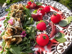 Oreilles de Porc en Salade (Roquette, Oxalis, Ail des Ours), Moutarde Framboisée: un brin canaille s
